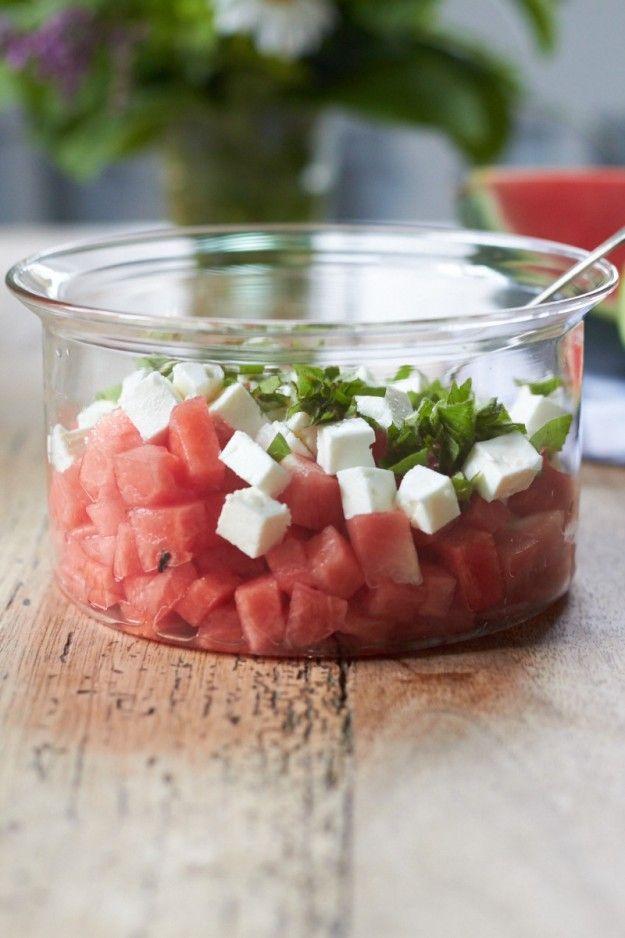 Wassermelonensalat mit Feta und frischer Minze tastesheriff.com 1《《 Wassermelone 《 1 Packung Feta 《 1 Bund Minze 《 1 Zitrone