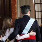 Felipe VI y doña Letizia, dos Reyes enamorados en un día para la historia  http://us.hola.com/realeza/casa_espanola/2014062272069/misa-privada-zarzuela-reyes/