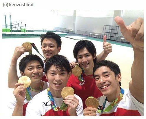 金メダルを手に笑顔を見せる体操日本男子メンバー/白井健三選手Instagramより