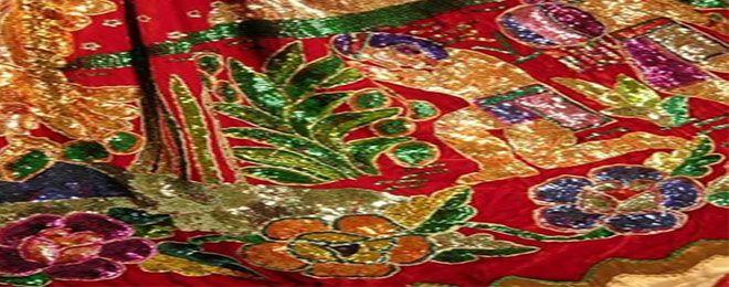 """Uno de los trajes tradicionales de México es el de la china poblana, su trascendencia es tal que en 1919, Ana Pavlova bailó el """"jarabe tapatío"""" vestidacon la blusa blanca de escote y la falda con lentejuelas.Pero ¿quién fue la China Poblana? Hoy Departamentos en Puebla de Grupo UNE te cuenta de ella: A finales …"""