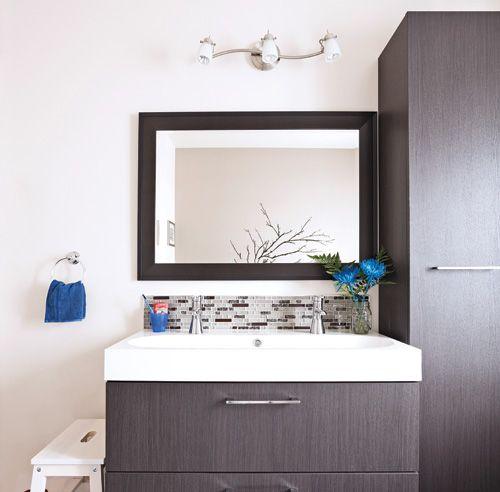 Peu pratique, l'ancien bain podium constituait un irritant pour la propriétaire qui s'est décidée à le troquer pour une coquille de bain autoportante. De fil en aiguille, la pièce a été transfigurée grâce à l'ajout de nouveaux éléments: meuble-lavabo suspendu, lavabo en marbre broyé, plancher chauffant, céramique effet bambou, pâte de verre… Budget oblige, on n'a pas déplacé la plomberie ni la douche!