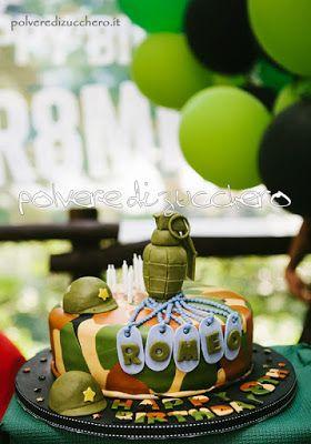 torta militare mimetica con bomba, elemetti, piastrine in pasta di zucchero cake military with bomb , helmets , plates sugar paste