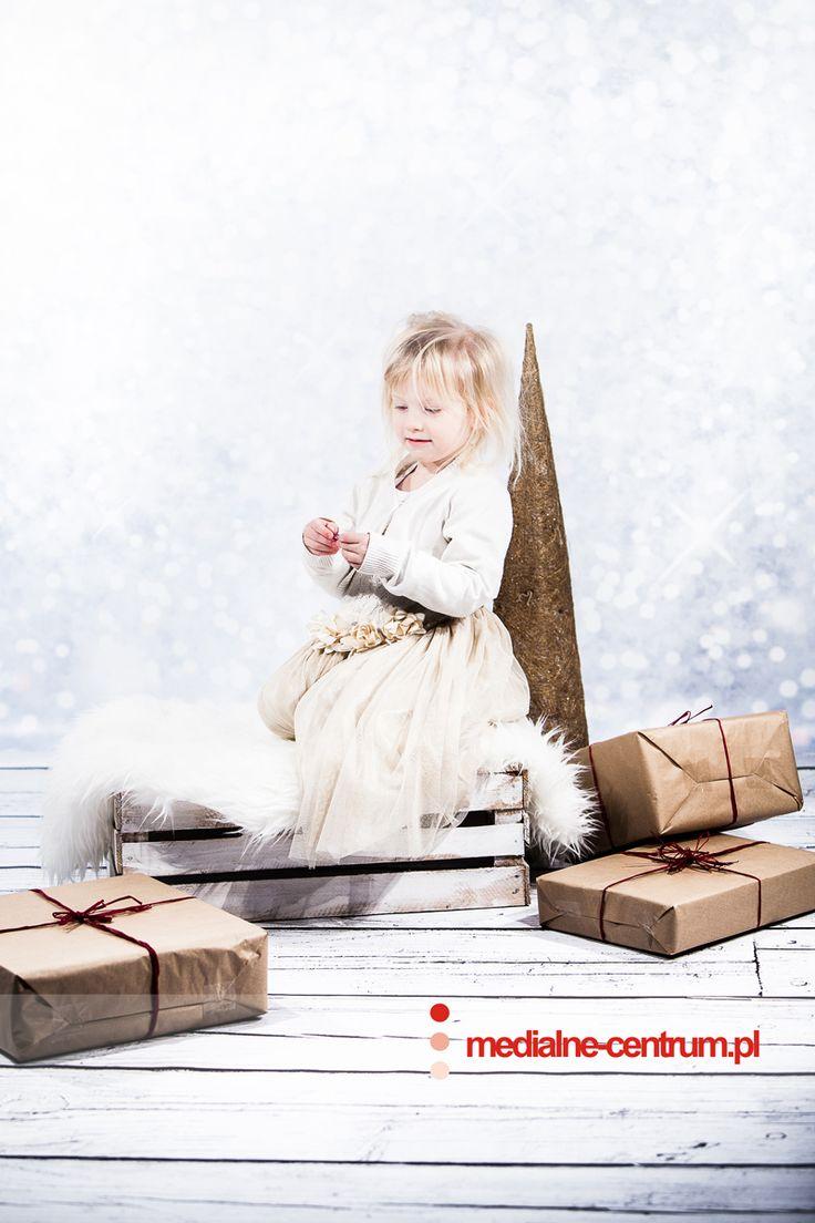 dziecięca fotografia studyjna Święta Bożego Narodzenia, prezenty, choinka portret dziecięcy  Merry Christmas