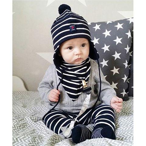 { r a n d i g t }  Polarn o. Pyrets klassiska ränder är bland mina absoluta favoriter. Båda mina söner har åkt hem från BB i det och leggingsen har jag köpt i alla storlekar. De passar till allt. Lägg till en skjorta och bli festfin, en piké använder jag själv ofta och en stickad tröja som här är hur snyggt som helst.  #polarnopyret #polarnochpyretsverige #lindex #lindexkids #elodiedetails #inspoforbabybyifp #inspoforminibyifp #barnkläder #barninspo #barnkläder #flickkläder #pojkkläder