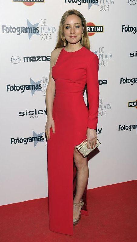 Angela Cremonte con vestido rojo asimétrico de Alicia Rueda