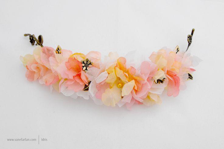 Tocado en flores de gasa y mini flores de aplique en color envejecido.