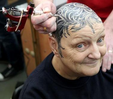 Notícias Inusitadas , Bizarras, Estranhas,Insanas: Escocesa de 60 anos esconde calvície com tatuagem