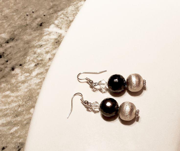 Orecchini con cristalli neri, boule d'argento e piccolo swarovski. monachelle in argento. cm 3