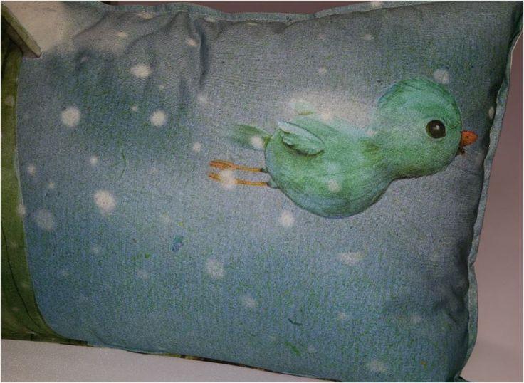 Piepkuiken van Jenny Bakker. Bijzondere illustraties van haar op textiel geprint. Sierkussens voor een bijzonder interieur.
