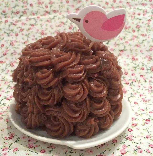Fofurice ➡️mini bolo de chocolate coberto com brigadeiro #brigadeiro #doces #vanessisses #bolodechocolate #minibolo