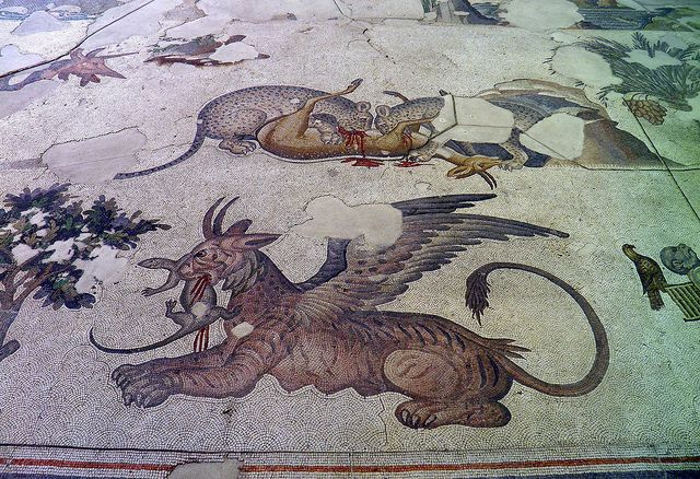 Il  mosaico del Gran Palazzo di Costantinopoli decorava un enorme peristilio; sul fondo bianco spiccano figure di animali reali e mitologici, scene di caccia e di vita quotidiana, ragazzi che giocano. (età giustinianea)