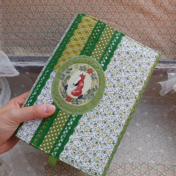 Liška...obal+na+knihu+Šitý+obal+na+knihu,+diář,+zápisník......+Ušité+z+kvalitních+bavlněných+látek,+zdobené+aplikací+a+krajkou+Barvy:+zelená,+béžová+Všitá+saténová+záložka+Obal+je+vyztužený+Vhodné+pro+knihy+do+výšky+23+cm+Velikost:+výška+24+cm,+šíře+37+cm