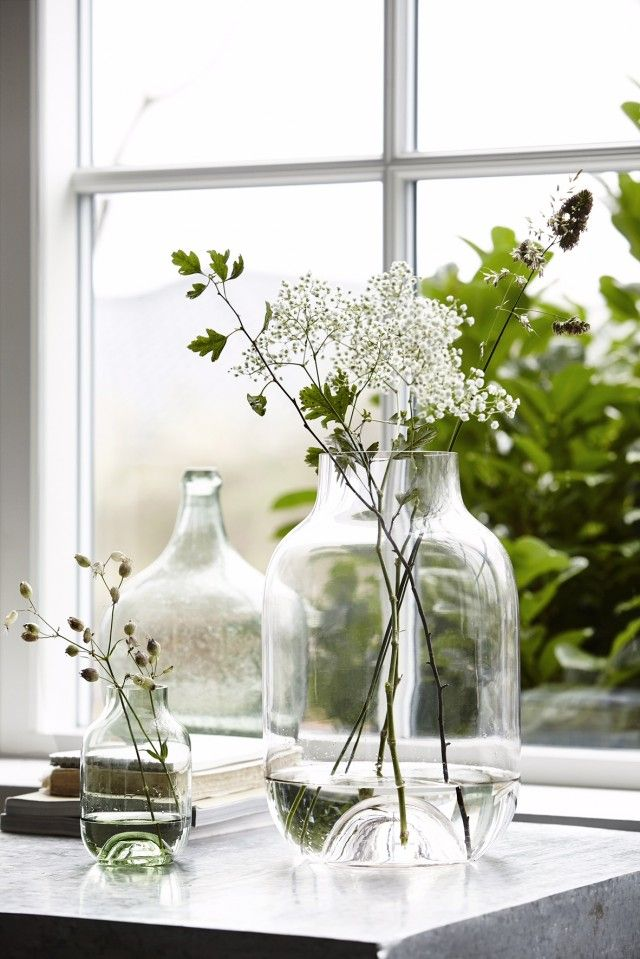 Wie zegt dat brocante woonaccessoires altijd 'druk' moet zijn? House Doctor bewijst met deze glazen vazen met losse takjes het tegendeel. Romantisch maar clean.