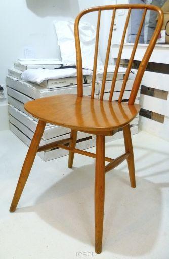 krzesło drewniane z półkolistym oparciem ze szczebelków w typie duńskim, lakierowane, prod. Fabryka Mebli Giętych w Radomsku, lata 60. TU: miodowa politura szelakowa.