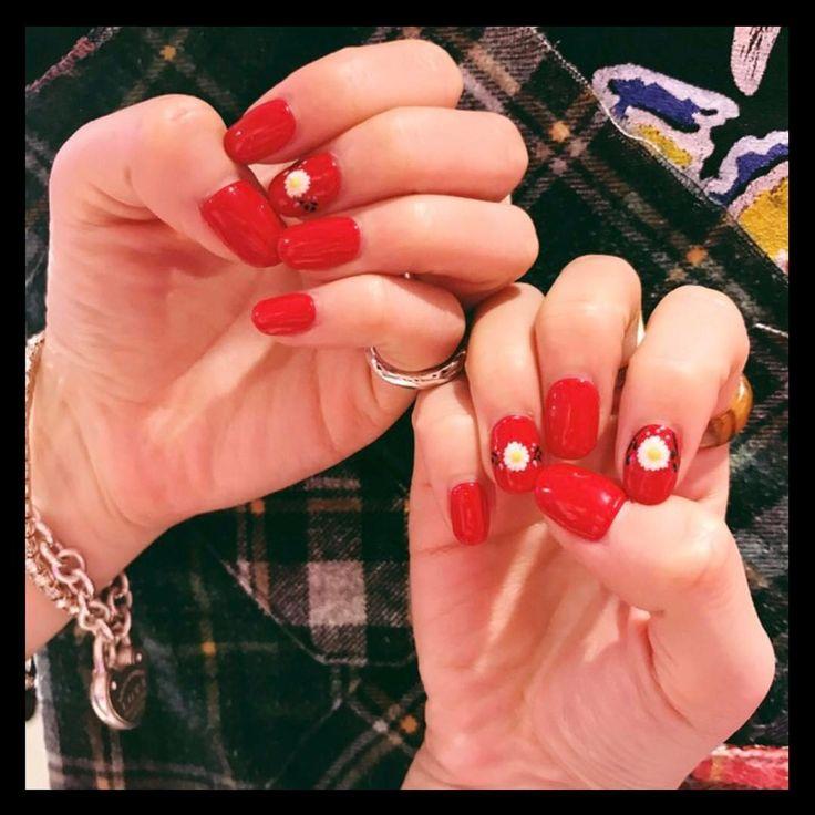 いいね!684件、コメント1件 ― AYA(AMIAYA)さん(@ayaxxamiaya)のInstagramアカウント: 「nail. 赤とデイジー  @homeharajuku @lica061   #nail #red #HOMEharajuku」