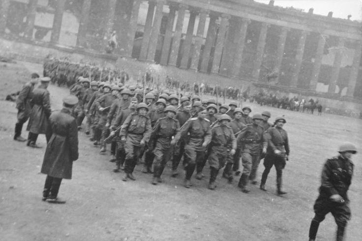 Победный месяц: май 1945 года: [i]Колонна солдат. Берлин. Май 1945 года. [/i]