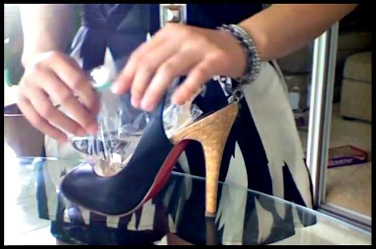 TRUC INFAILLIBLE! Voici la solution pour agrandir une chaussure acheter légèrement trop petite, ou qui vous fait mal aux pieds. Au lieu de la porter quand même et de vous faire mal aux talons ou aux orteils, essayez plutôt cette technique toute simple. La technique : Remplir d'un quart d'eau, deux sacs à sandwich. Insérer...