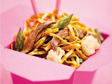 En välkryddad fivespicebiff med äggnudlar och grönsaker. Receptet kommer från boken Monica Eisenmans asiatiska nudlar och smårätter.