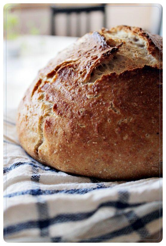 Siis leivän teko!   Tämän ohjeen oon bongannut useammastakin blogista   (Itse kopsasin Voikukkapellosta )   ja se taitaa olla alunperin ...