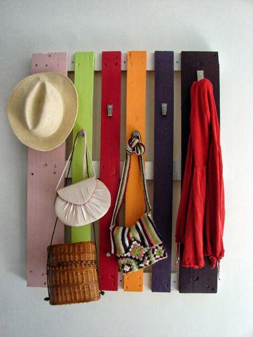 Un porte-manteaux coloré en palette