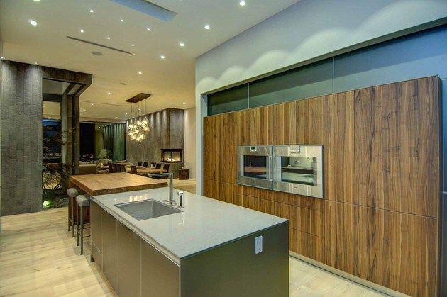 600 m2 y ubicada en el barrio de Doheny, con impresionantes vistas de Los Ángeles. 5 habitaciones todas ellas tipo suite con baño privado, armarios de madera de nogal. Destaca la cocina Bulthaup con electrodomésticos Gaggenau, 2 baños para las visitas, zona de comedor y varias estancias de televisión, bodega, sala de proyección…y garaje para 3 coches. Exterior con terraza, piscina tipo infiniti y zona chill-out con chimenea. #casasmodernas #livingkits #casas #modernas #cocinas #lujo
