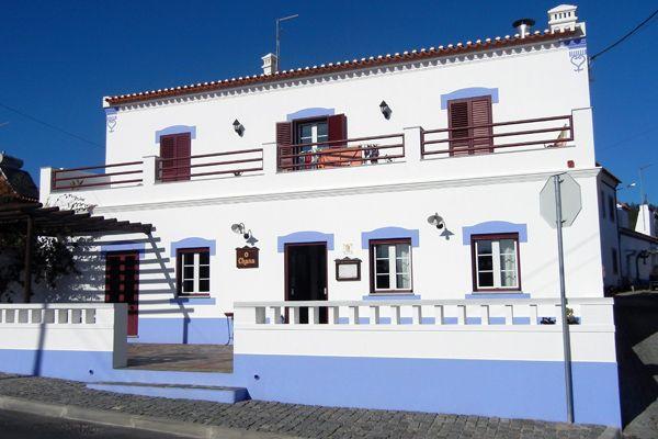 The whitewashed roadside tavern, O Chana do Bernardino, in Aldeia da Serra d'Ossa, near Redondo.