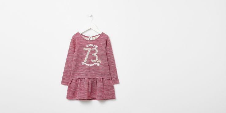 Sfera.com - Vestido con número de manga larga y cuello redondo. Cierre de lágrima y botón. Detalle de volantes en falda. http://www.sfera.com/es/ninos-bebes/nina-3-14-anos/vestidos/vestido-numero-6682620/07187/