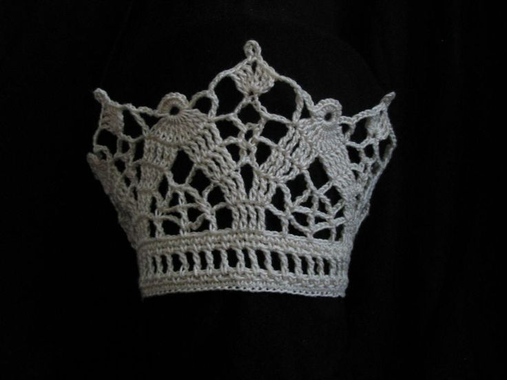 crochet bridal crown, virkad brudkrona. Gorgeous. Now where can I find a pattern?