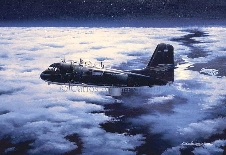 Un Grumman S-2E Tracker de la Aviación Naval Argentina realiza un vuelo de exploración nocturna para detectar buques enemigos.