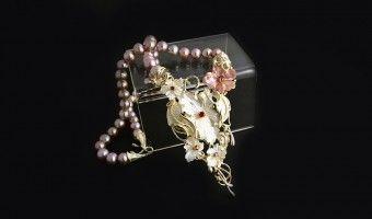 collana con perle rosa e chiusura in argento e fiori di madreperla.