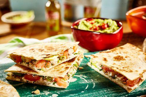 Pokud jste milovníky mexické kuchyně, jistě znáte typické mexické jídlo a to- kuřecí qusadillu. Vyzkoušejte jednoduchý recept na toto jídlo a přesuňte se v myšlenkách do slunného Mexika.