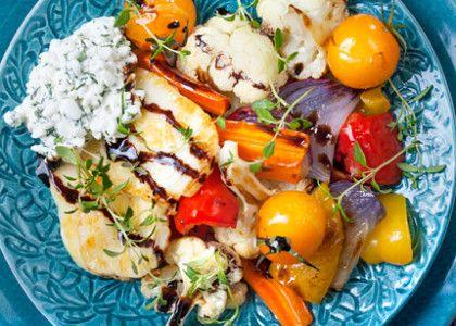 Så här års är det gott att servera grönsakerna ugnsbakade. Med stekt halloumi och dillkeso blir det en snabbgjord vegomiddag.