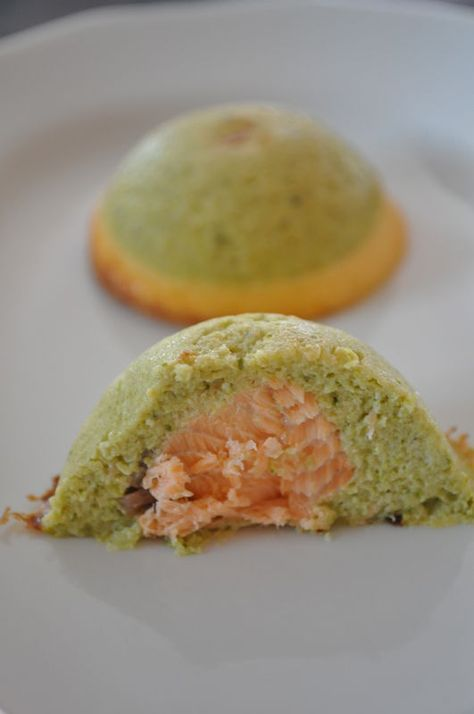 mousse brocolis-saumon: Toujours dans le léger et avec presque les mêmes ingrédients que le gratin aux deux choux voici une entrée agréable et rapide. pour 15-20 bouchées (selon la taille du moule utilisé) 350 g de brocolis cuit 250 g de saumon cru 3 oeufs 15 cl de crème allégée...