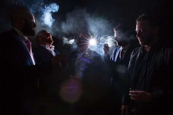 Smoking groom and groomsmen flash strobist smoke cigars copyright FOTOZEE www.fotozee.nl Sigaar rokende bruidegom met vrienden