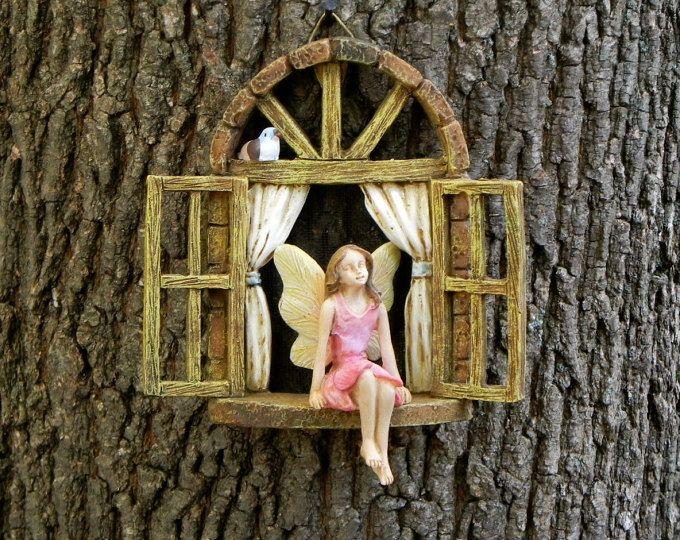 Deze miniatuur weduwe met meisje vergadering zullen een mooie aanvulling op uw fairy tuin of de tuin van de miniatuur. Het kan worden gehangen van een boomstronk of vrijstaand. Gemaakt van de hars. Ik heb een rustieke scherm mesh toegevoegd aan het venster en een kleine vogel voor een extra vleugje eigenzinnigheid. Kleurplaten en pose van de vogel kunnen variëren. Wordt geleverd met de hanger op de achterkant voor gemakkelijke opknoping. Het meisje op de richel van het venster is gelijmd…