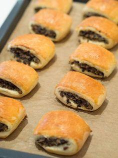 paszteciki drożdżowe z kapustą i grzybami - do ciasta dodałam trochę więcej mąki, do farszu tylko grzyby suszone bez pieczarek-paszteciki są smaczne , ciasto delikatne i pyszne