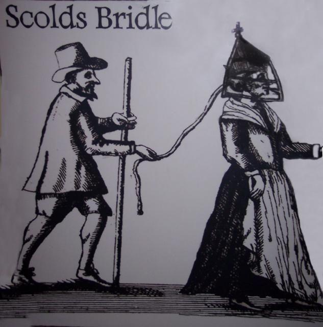 """""""Brida del regaño""""  invento británico, originario de Escocia, que se utilizo entre siglo 16 al 19. Era un dispositivo que se utiliza para controlar, humillar y castigar a las mujeres molestas amordazandolas. Regañar viene del 'regaño común': una molestia pública que habitualmente murmuraba y se peleó con sus vecinos. Era comúnmente usado por los maridos sobre sus esposas. El dispositivo fue utilizado sobre todo en mujeres que agitaban la sociedad dominada por los hombres de la época."""