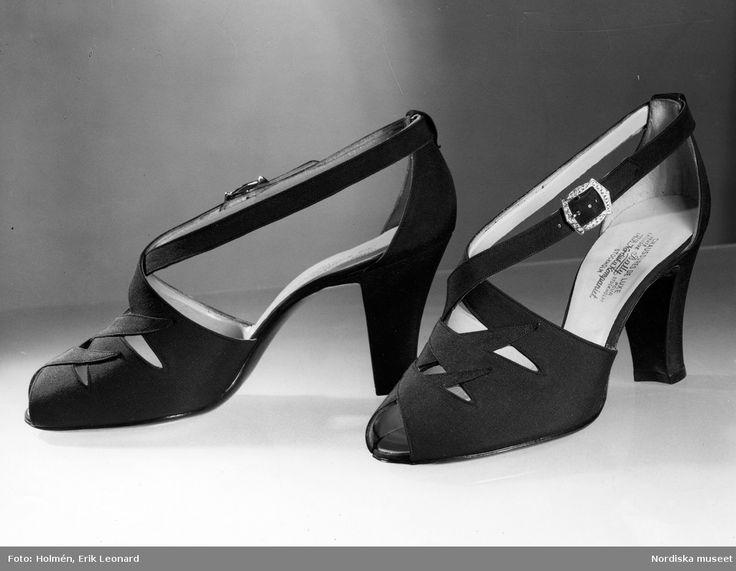 1938. Aftonskor av siden, sandalmodell med öppen tå. Foto: Erik Holmén