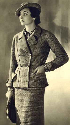 """1936: """"Klasický kostym z hrubého tkaniva barvy narůžověle beige a hnědé s imprimé hedvábnou bluzou ve stejných barvách. Model Chanel"""""""