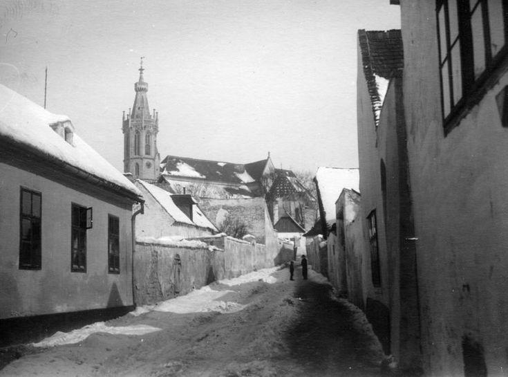 Hegy utca, háttérben a Szent Mihály-templom.