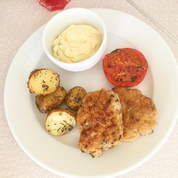"""Mats Westergren🇸🇪 på Instagram: """"Dagens lunchlåda på jobbet blir @malllanbrallan s kycklingfärsbiffar från tidigare i veckan med ugnsrostad färskpotatis med vitlök & timjan…"""""""