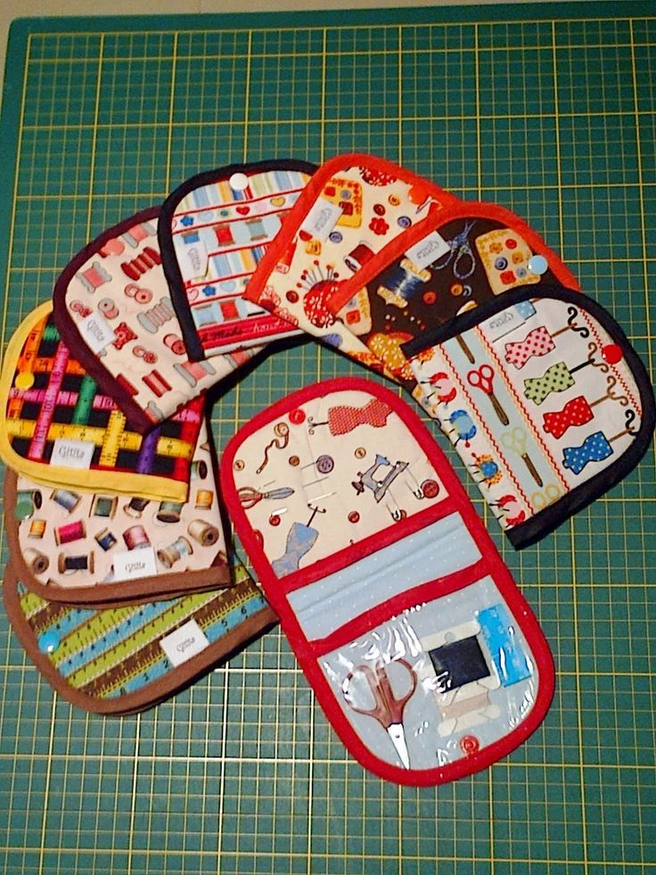 Kit costura emergência para viagem ou para bolsa em diversas padronagens. Contém linha, agulha, tesoura, alfinetes de segurança e fita métrica.