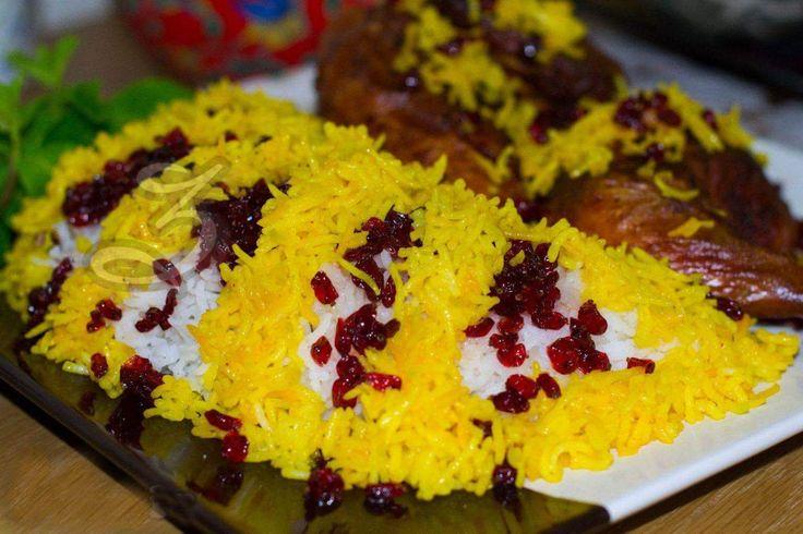 Zereshk Polo è uno dei piatti più amati e tipici della cucina persiana che si serve anche nelle feste e banchetti di nozze. Zereshk Polo è riso basmati al vapore guarnito con il crespino in bacche, detto Zereshk in persiano, che viene accompagnato dal pollo allo zafferano. Ecco gli ingredienti necessari per 5 persone: – ...