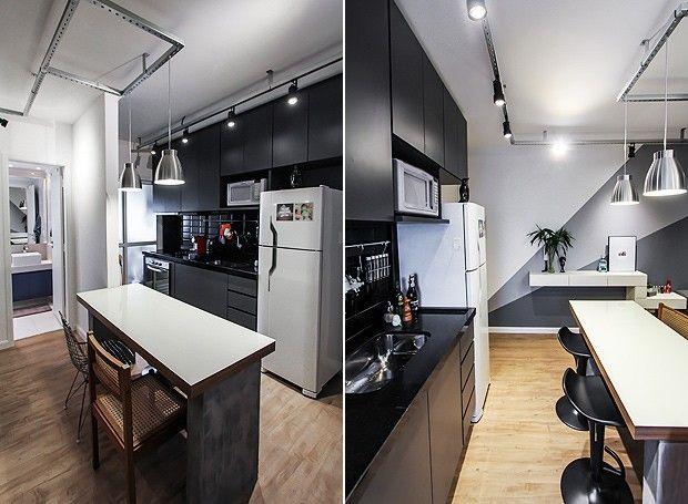 A cozinha segue a linha de decoração de todo o apartamento, com muitas linhas retas e tons escuros. As cadeiras descombinadas da mesa deixam o espaço ainda mais moderno (Foto: Divulgação)