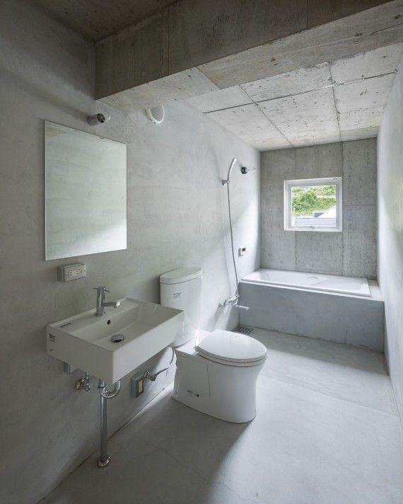コンクリート打ち放しにモルタル仕上のシンプルなバスルーム 八木の家