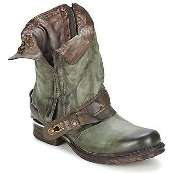 SAINT BIKE (Grün / Grau )    Die Marke Air Step präsentiert einen #Boot für Damen: der Saint Bike ist modisch und komfortabel. Mit seinem Schaft aus grünem Leder und seinem Innenfutter aus Leder wird auf modisches Aussehen nicht verzichtet! Für den Komfort, ist er mit einer Innensohle aus Leder und einer weichen Ledersohle ausgestattet.     Material:  Obermaterial : Leder  Innenmaterial : Leder  Decksohle : Leder  Laufsohle : Synthetik    Preis: 209,00 €