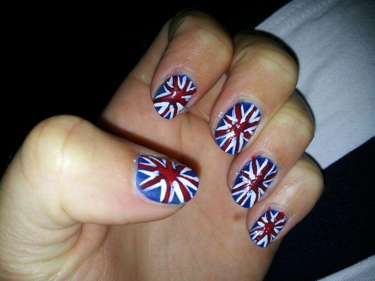 Engelse vlag op nagels, Je begint met je nagels helemaal blauw te lakken. Vervolgens lak je de rode lijnen op je nagel. Als laatste lak je aan allebei de kanten van de rode lijn witte lijnen en tadaa de engelse vlag.