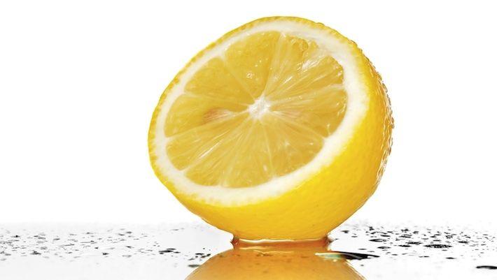 Lauwwarm water met citroen blijkt een supergezonde drank te zijn. Het helpt bij gezond afvallen doordat het je vetverbranding stimuleert...
