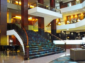 The staircase in the foyer of Sydney's Four Seasons Hotel. For jewellery shopping at Giulians, proceed up these stairs to level 3, or catch the elevators located behind the stairs.