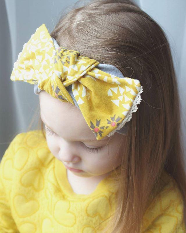 Trochę  w ten pochmurny dzień... Opaska z koronkową kokardą z limitowanej edycji... Wyjątkowa, kwiatowa dzianina  #opaska #headband #limited #missynella #handmade